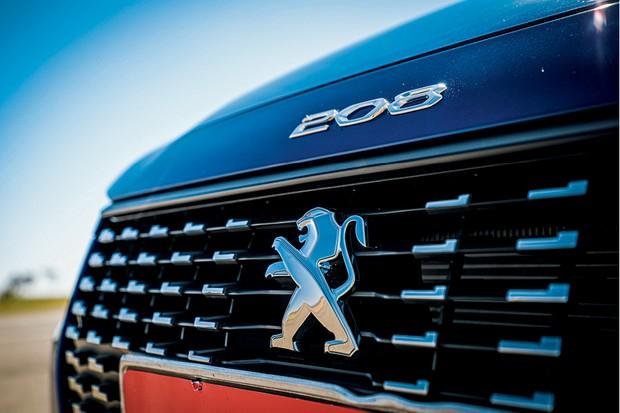 Peugeot 208 Griffe 1.6 - Nome 208 vem em destaque no capô, um toque à moda antiga (Foto: Rafael Munhoz)