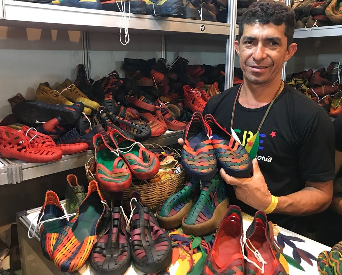 Seringueiro e artesão leva sapatos confeccionados apenas com látex para Fenearte