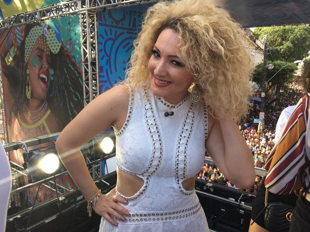 Uma das autoras do hit 'Despacito' marca presença no trio de Claudia (Foto: Henrique Mendes/G1 Bahia)