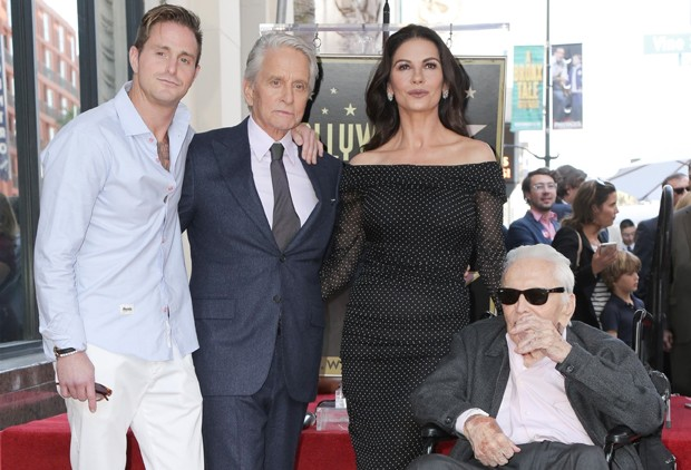 Cameron e Michael Douglas, Catherine Zeta-Jones e Kirk Douglas (Foto: Backgrid)