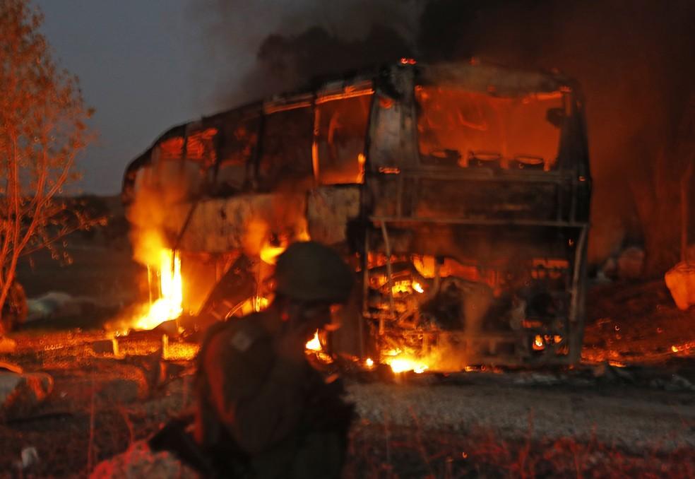 Ônibus pegou fogo perto do kibbutz de Kfar Aza após ser atingido por foguete lançado de Gaza, segundo Israel — Foto: AFP/Kahana