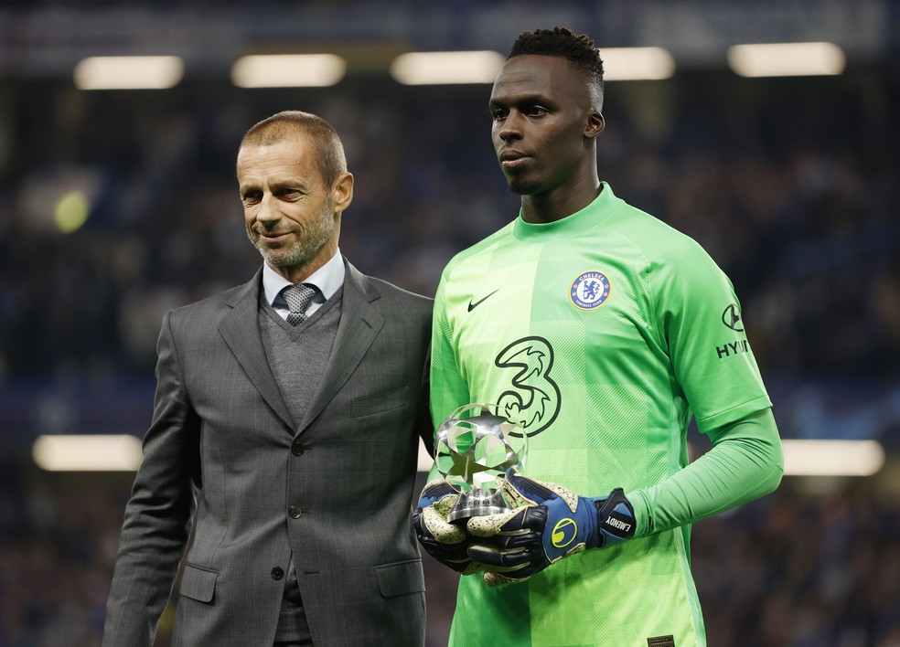 Mendy recebe troféu de melhor goleiro da última Champions — Foto: REUTERS/Hannah Mckay