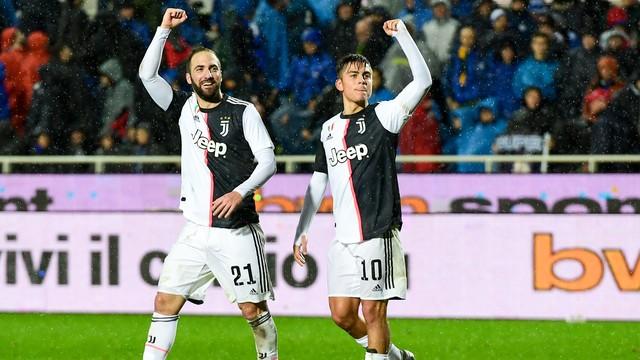 Higuaín e Dybala comemoram após o primeiro dar assistência para gol do segundo
