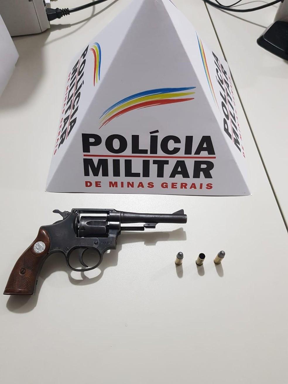 Polícia apreendeu uma arma na casa da vítima — Foto: Polícia Militar/ Divulgação