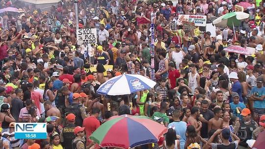 Bloco 'Os Irresponsáveis' reúne foliões resistentes e adia fim do carnaval no Recife