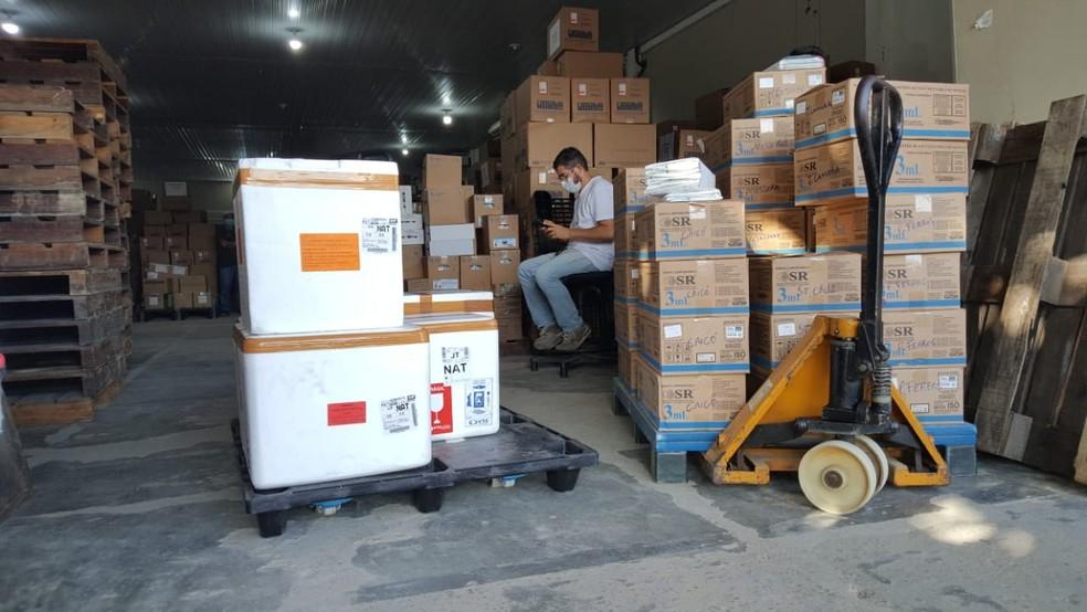 Vacinas chegaram na Unicat e foram distribuídas pelo interior do RN nesta segunda — Foto: Sara Cardoso/Inter TV Cabugi