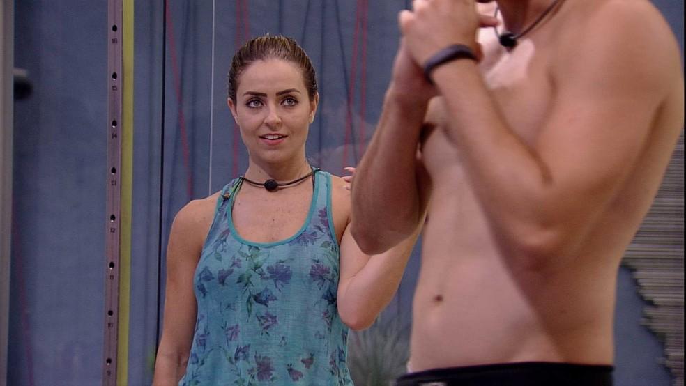 Paula pergunta quem Maycon prefere na casa: 'Rízia ou Elana?' — Foto: TV Globo