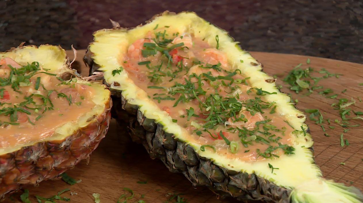 Aprenda a preparar um bobó de camarão servido no abacaxi