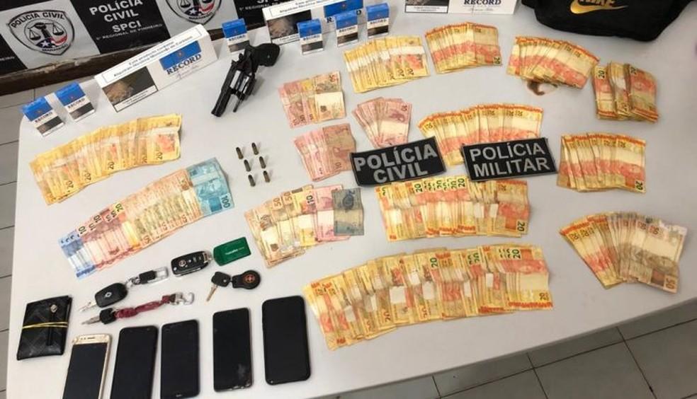 Com os suspeitos foram encontrados um revólver, com seis munições intactas, e uma quantia aproximada de R$ 12.500. — Foto: Divulgação/Polícia Civil do Maranhão.
