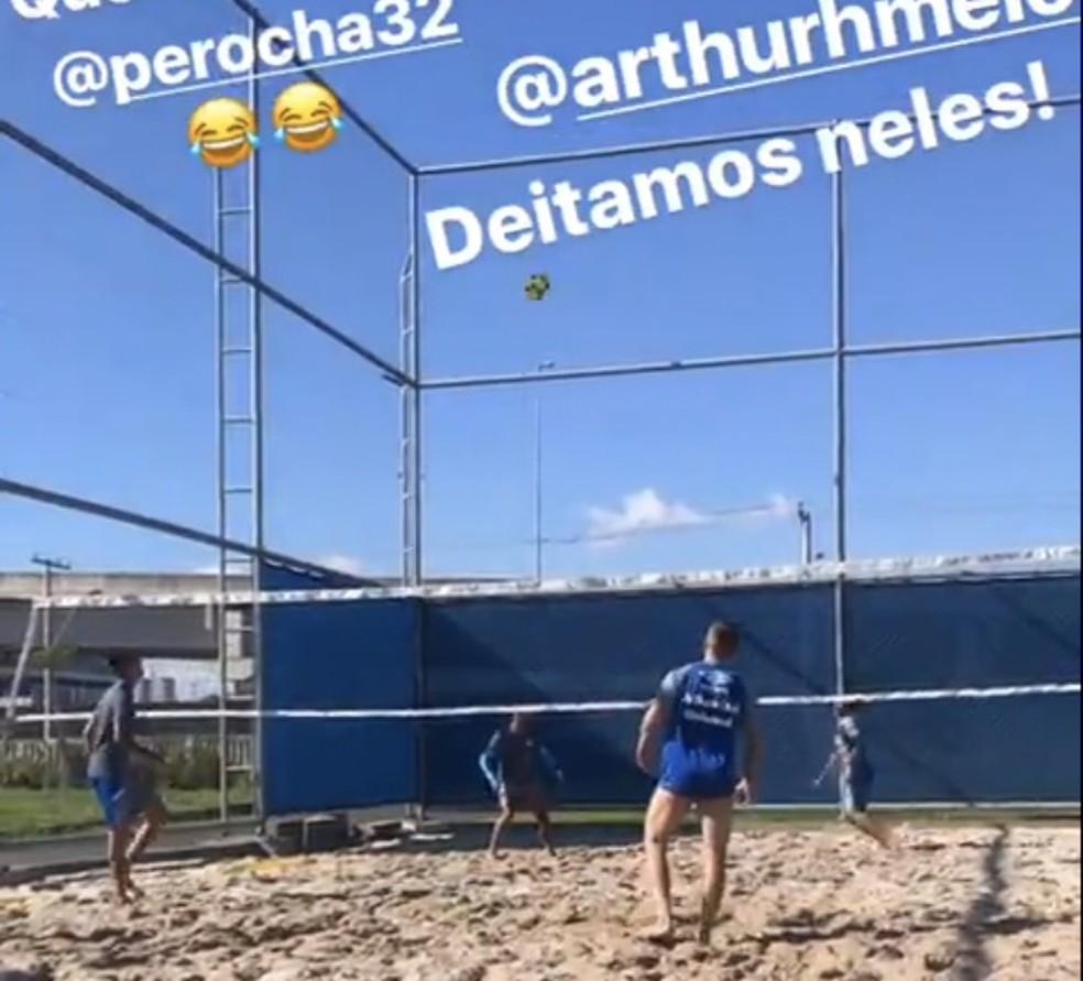 Jogadores disputam partida de futevôlei em caixa de areia do CT (Foto: Reprodução/Instagram)