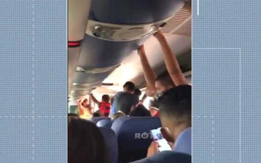 Passageira denuncia superlotação em ônibus de viagem em Vitória da Conquista, na Bahia
