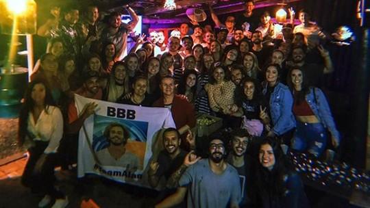 Alan, do BBB19, ganha festa surpresa em volta para casa: 'Noite linda'