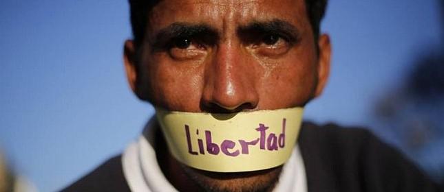 Um manifestante cobre a boca pedindo liberdade na Venezuela (Foto: Ariana Cubillos / AP)