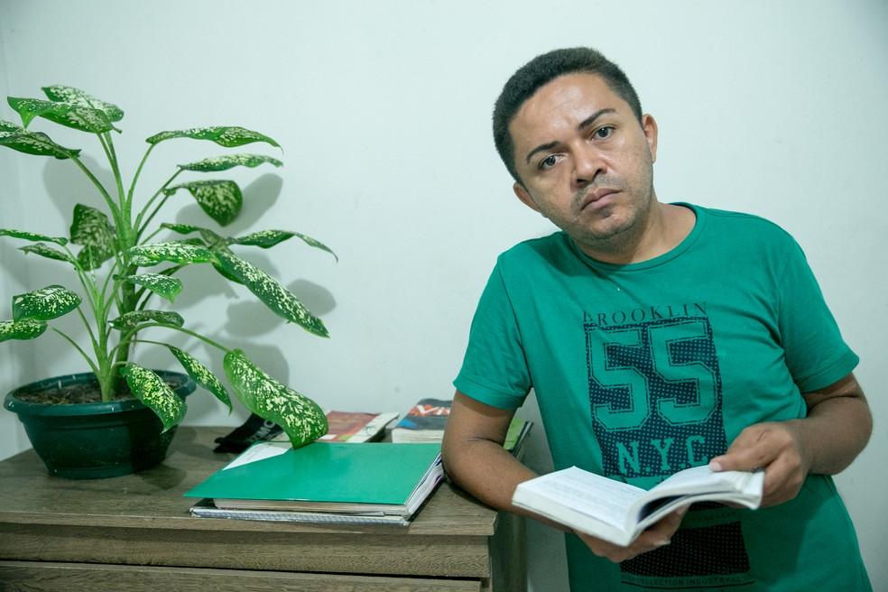 Poeta cearense quer ajudar outras pessoas a superar a situação de rua — Foto: Camila Lima/G1