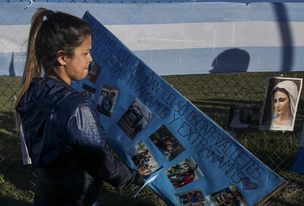 Malvina Vallejos, irmã de um dos tripulantes desaparecidos, deixa mensagem de apoio em Base Naval de Mar del Plata, na terça-feira (21)  (Foto: Eitan Abramovich / AFP)