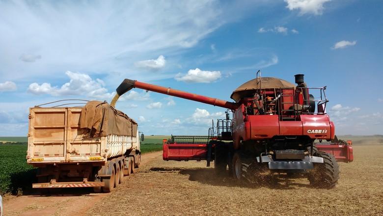 Colheita de soja em Campo Verde (MT) (Foto: REUTERS/Gustavo Bonato)