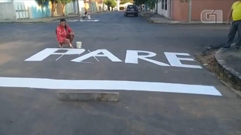 Moradores pintam faixas de 'pare' em cruzamentos de Teresina após sequência de acidentes — Foto: Reprodução