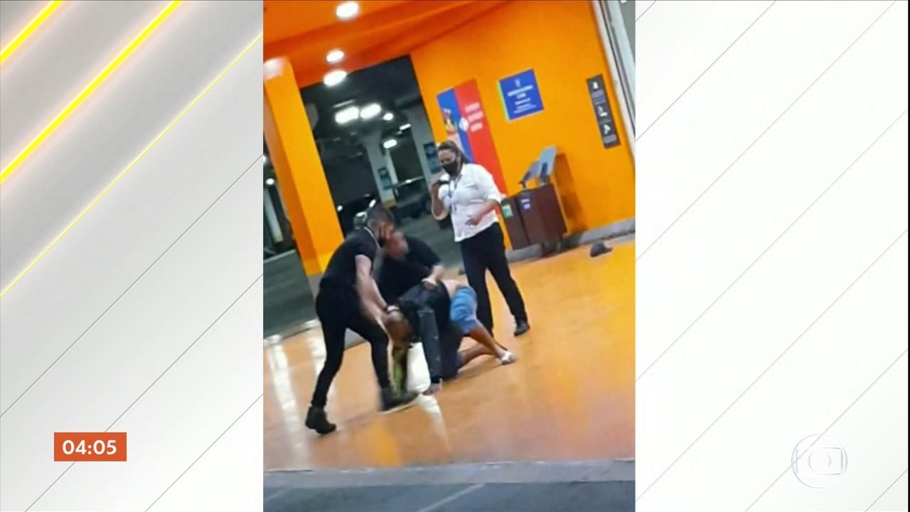 Funcionária que aparece filmando espancamento em supermercado de Porto Alegre é presa