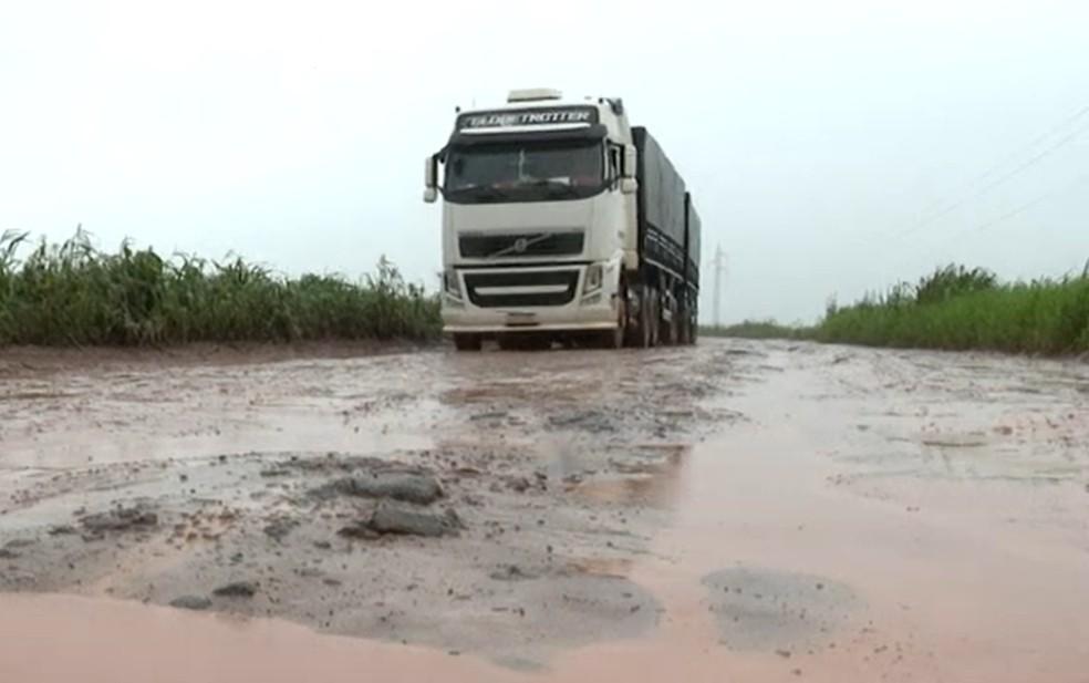 Caminhoneiros reclamam das péssimas condições das estradas do oeste da BA. — Foto: Reprodução / TV Bahia