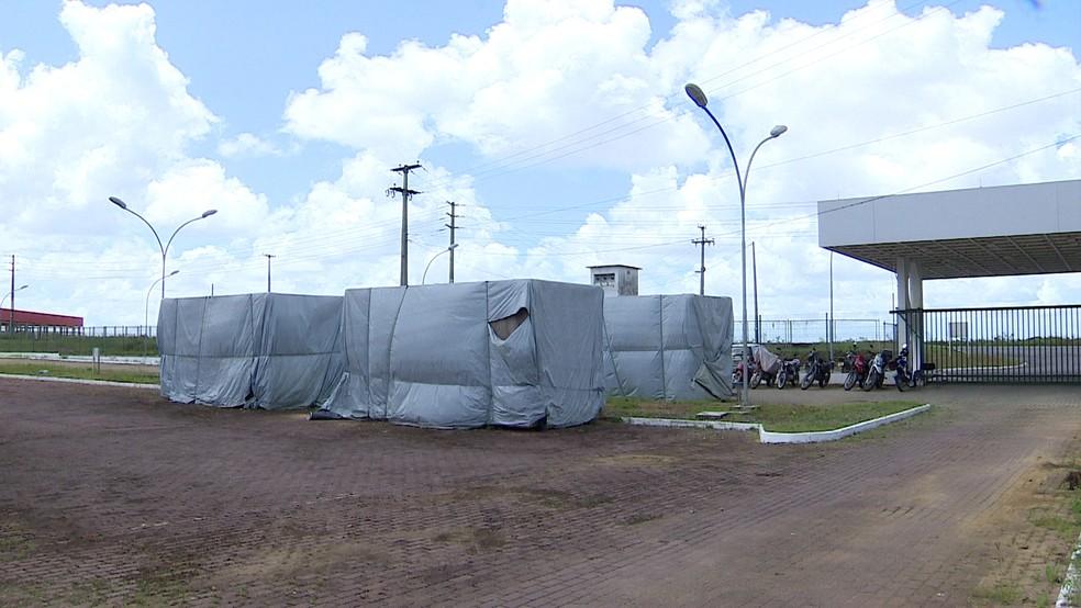 Parte dos equipamentos está embalada no improviso do lado de fora da construção (Foto: Reprodução/TV Globo)
