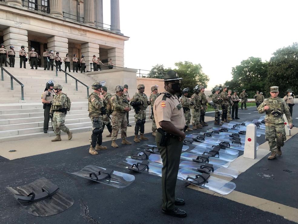 Tropas da Guarda Nacional colocam seus escudos no chão a pedido de manifestantes em Nashville, no Tennessee, na segunda-feira (1º)  — Foto: Kimberlee Krkuesi/AP