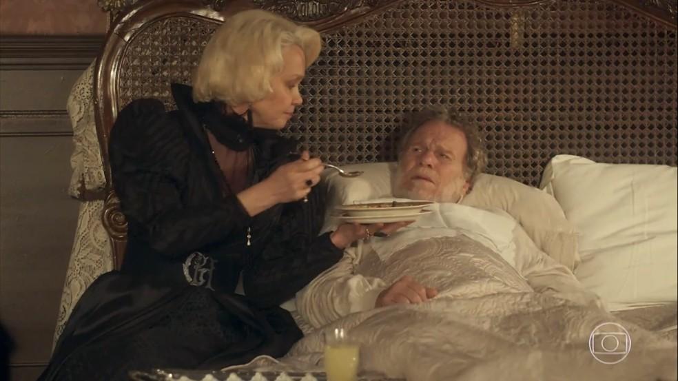 Greta (Julia Lemmertz) revela a Wolfgang (Jonas Bloch) seus planos de matá-lo, em 'Novo Mundo' — Foto: TV Globo