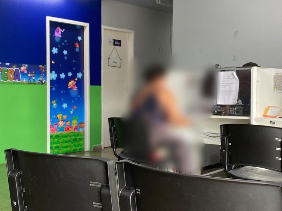 Enteada do suspeito, mãe da vítima, prestou depoimento na Depca na manhã deste domingo (19). — Foto: Carolina Diniz/G1 AM