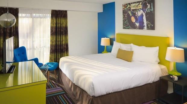 O Hotel Zed, no Canadá, é uma explosão de cores (Foto: Reprodução/Booking.com)