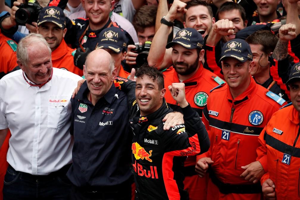 Helmut Marko e Adrian Newey comemoram vitória com Daniel Ricciardo no GP 250 da RBR (Foto: REUTERS/Benoit Tessier)