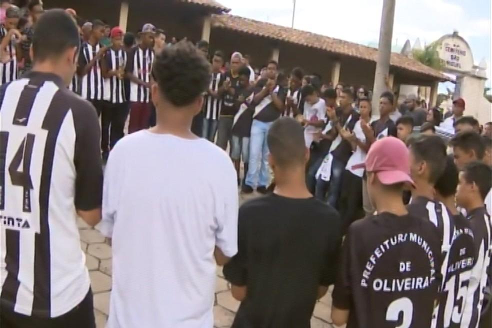 Amigos fizeram uma roda de oração e bateram palmas em homenagem a Pablo â?? Foto: TV Integração/Reprodução