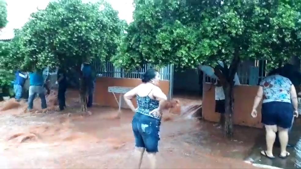 Chuva invadiu casa de idosos em Suzanápolis  — Foto: Reprodução/TV TEM