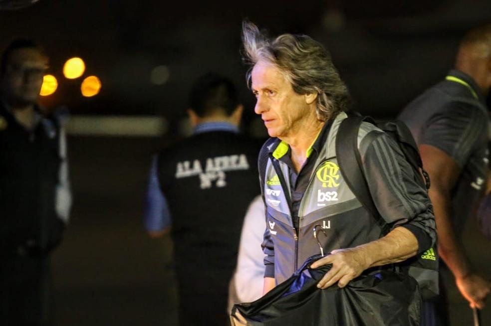 Jorge Jesus na chegada do Flamengo a Lima — Foto: Reprodução / Conmebol