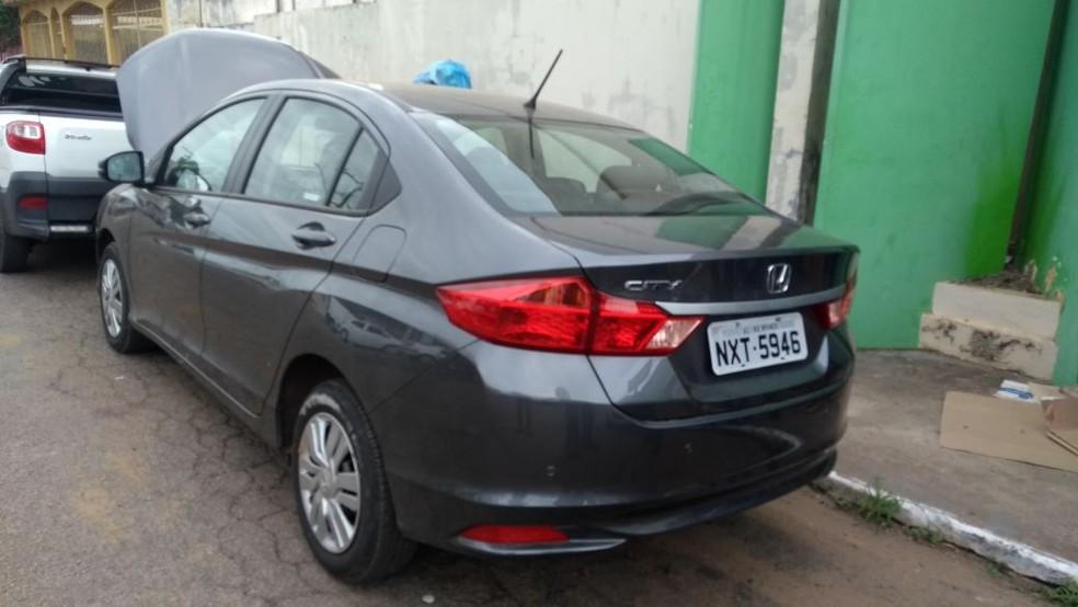 Um dos carros estava com a placa adulterada (Foto: Aline Nascimento)