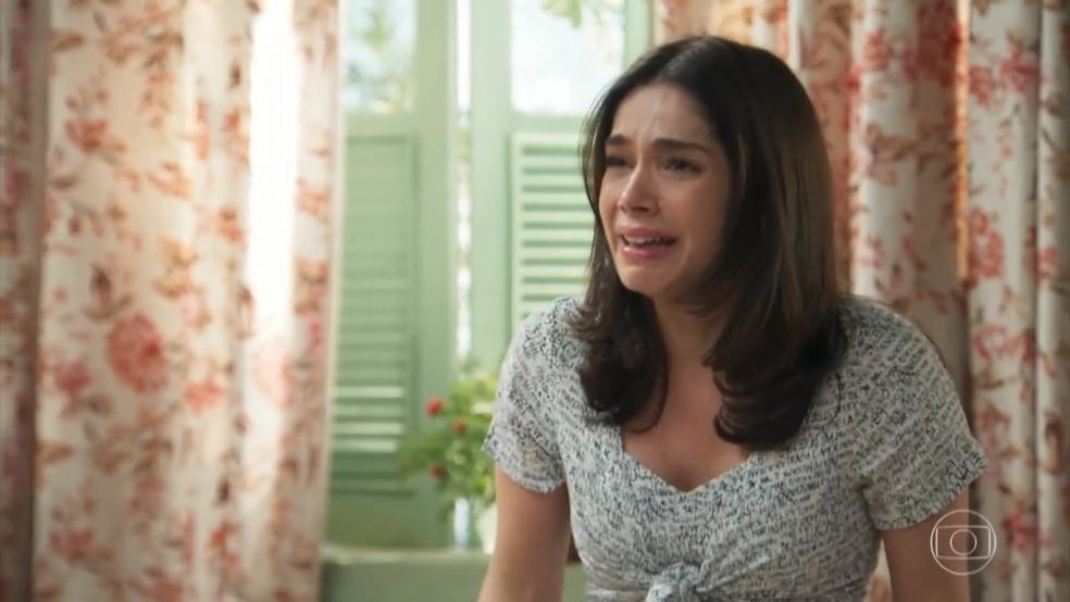 Shirlei (Sabrina Petraglia) chora e se revolta com a humilhação de Carmela (Chandelly Braz) - 'Haja Coração' — Foto: Globo