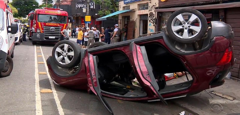 Carro bate em ônibus, capota e atinge pedestre na Cidade Baixa em Porto Alegre - Noticias