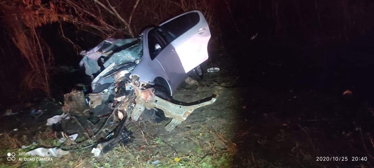 Carro bate de frente com caminhão e três pessoas morrem na MGC-122, em Porteirinha