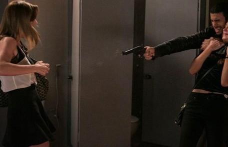 Na quarta-feira (9), Jacaré mata Sofia após eles serem cercados pela polícia e ela o trair  TV Globo