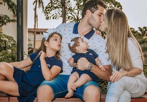 Pedro Leonardo e Thais Gebelein com as filhas Maria Sophia e Maria Vitória (Foto: Reprodução/Instagram)