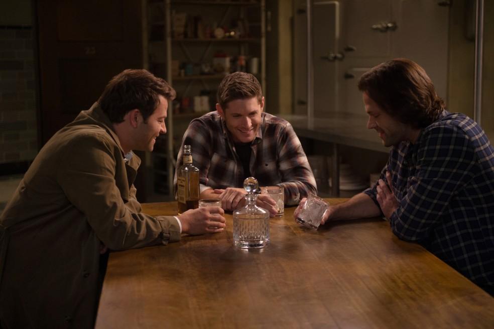 Misha Collins (à esq.), Jensen Ackles e Jared Padalecki em cena da 14ª temporada de 'Supernatural' — Foto: Divulgação
