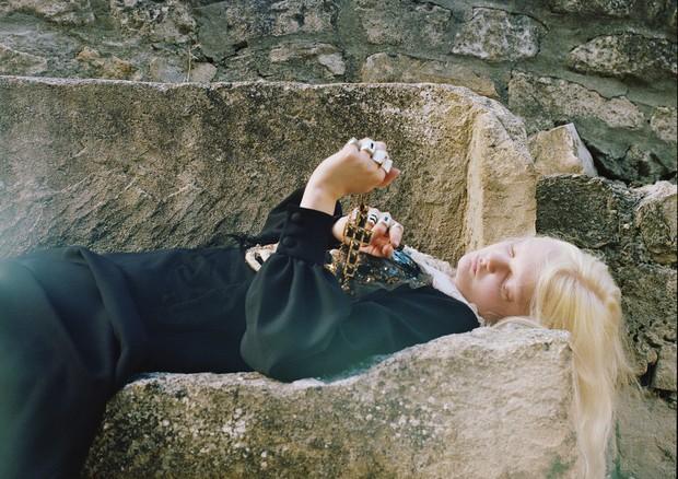 Unia Pakhomova usa vestido de lã e seda com bordados de cristais e pérolas. (Foto: Gia Coppola)