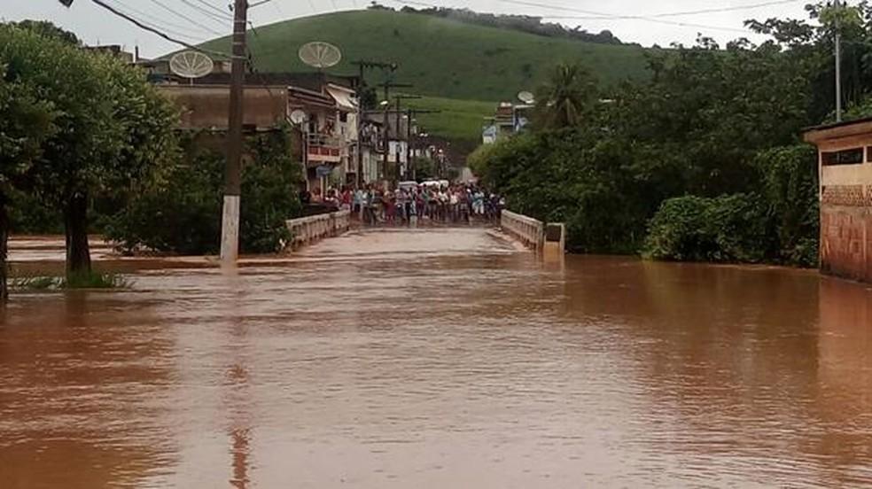 Bombeiros, PM e Defesa Civil estão atendendo moradores de áreas afetadas em Eugenópolis (Foto: Silvan Alves/Silvan Alves)