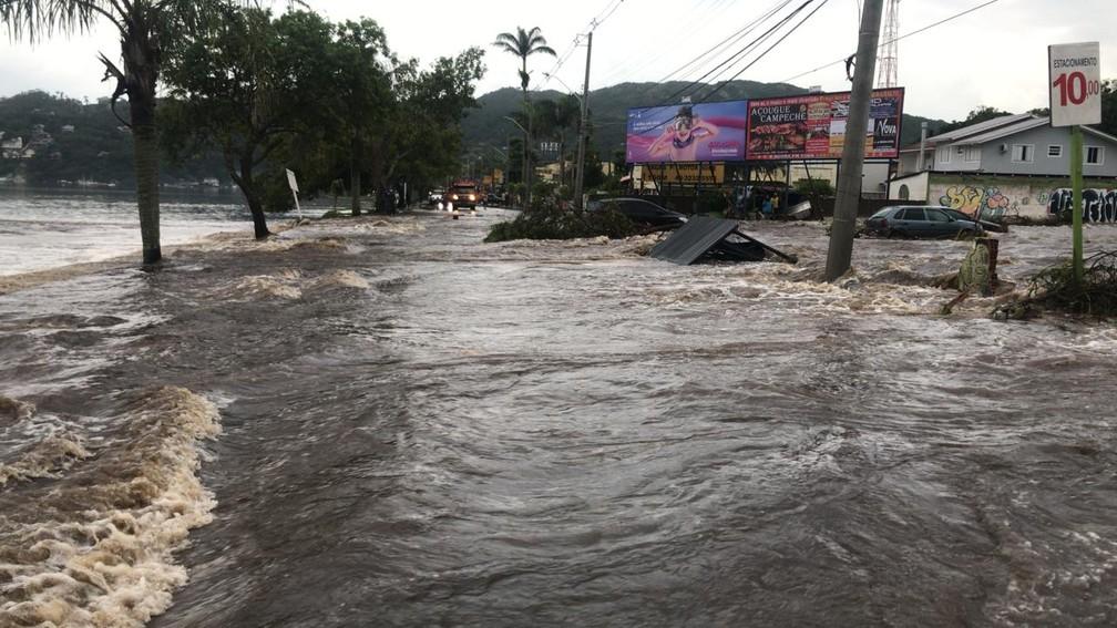 Alagamento na Avenida das Rendeiras, na Lagoa da Conceição, em Florianópolis — Foto: Defesa Civil/ Divulgação