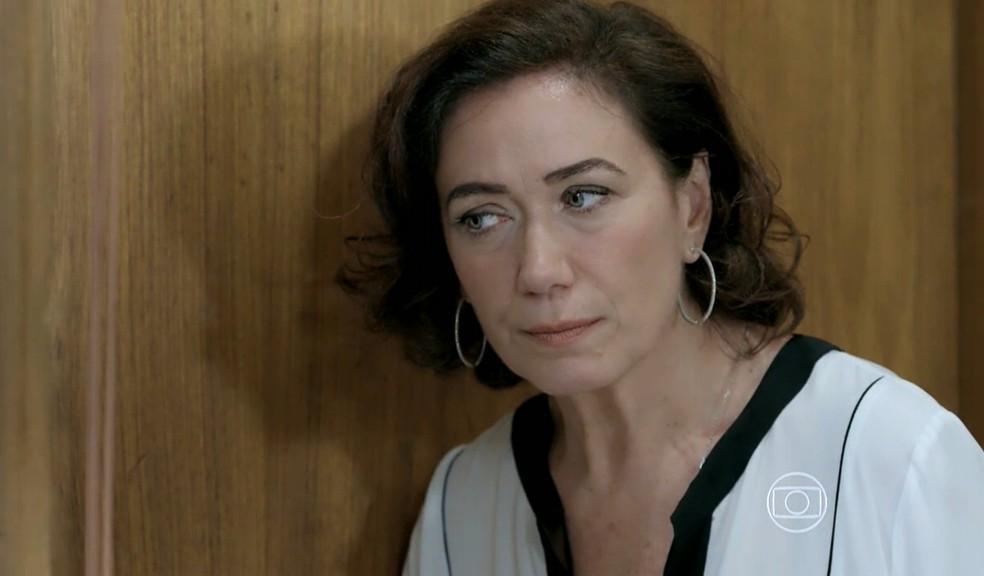 Maria Marta (Lilia Cabral) escuta a conversa entre Maurílio (Carmo Dalla Vecchia) e José Alfredo (Alexandre Nero) - 'Império' — Foto: Globo