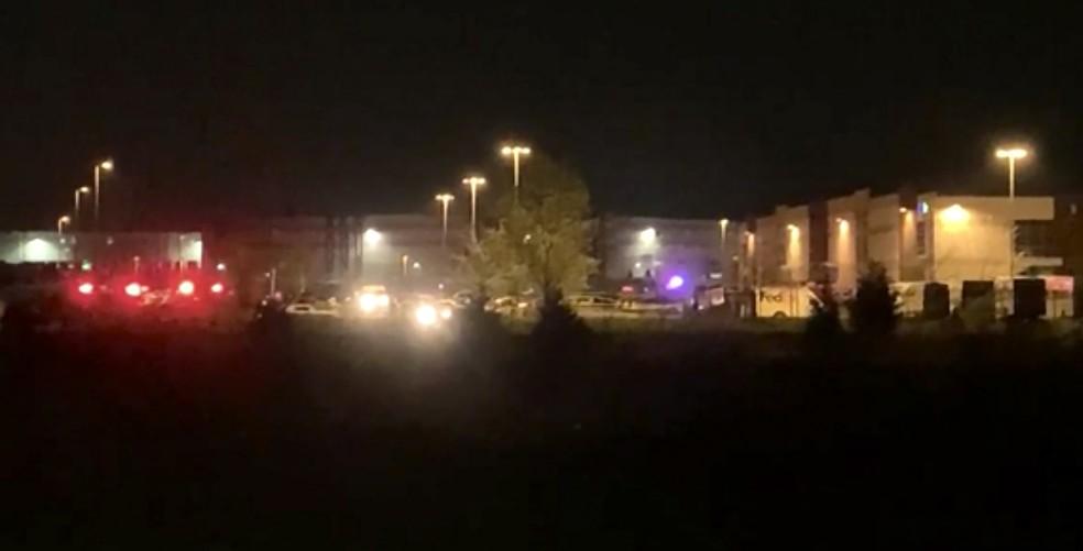 Imagem de vídeo mostra o prédio da FedEx em Indiana, nos EUA, em que atirador matou 8 pessoas e cometeu suicídio — Foto: WRTV via AP