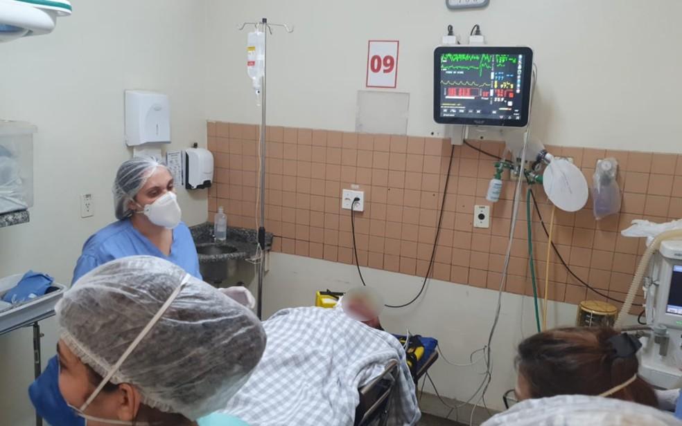 Policial baleado sendo atendido em hospital de Anápolis — Foto: Arquivo pessoal