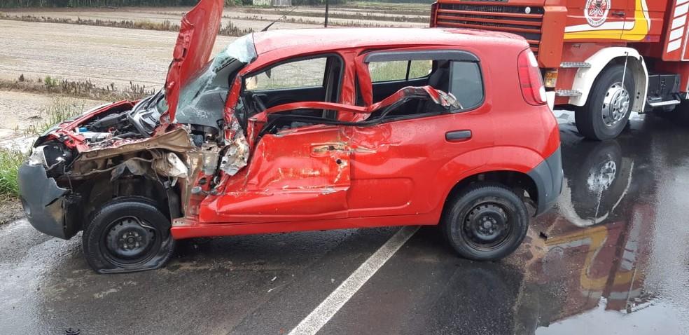 Criança de 2 anos morreu em colisão entre carro e caminhão na BR-470; segundo PRF, menina estava sem cadeirinha  — Foto: PRF/Divulgação