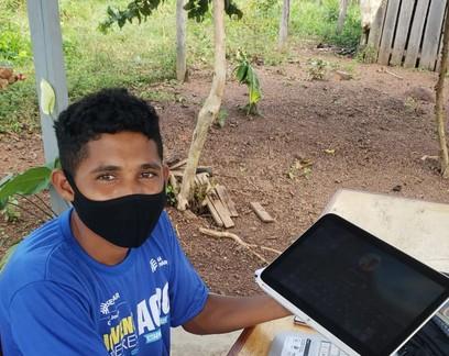 Jovem que subia em árvore para estudar on-line no Pará ganha conexão de internet