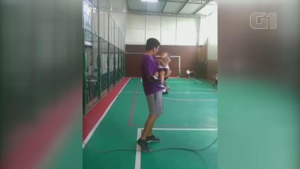 Professor de Educação Física, Rafael Cardoso pegou aluno com paralisia no colo para pular corda — Foto: Reprodução