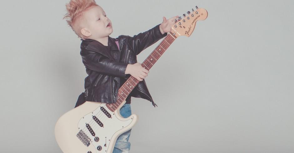Criança tocando música (Foto: Pexels)