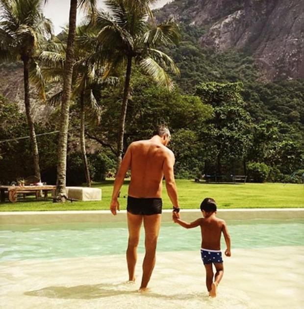 Márcio Garcia e o filho caçula, João, na piscina de casa (Foto: Reprodução/Instagram)